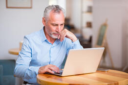 responsive-website-laptop-man